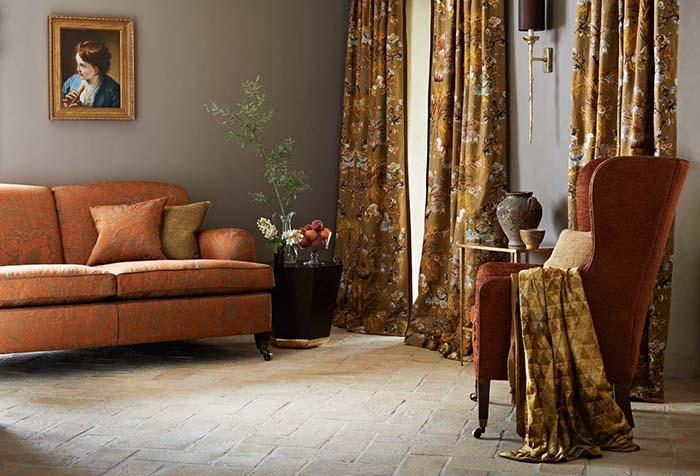 Шелковые портьеры в винтажной гостиной