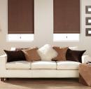 Рулонные шторы кофейного цвета в гостиной