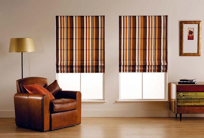 Римские шторы в полоску в гостиной