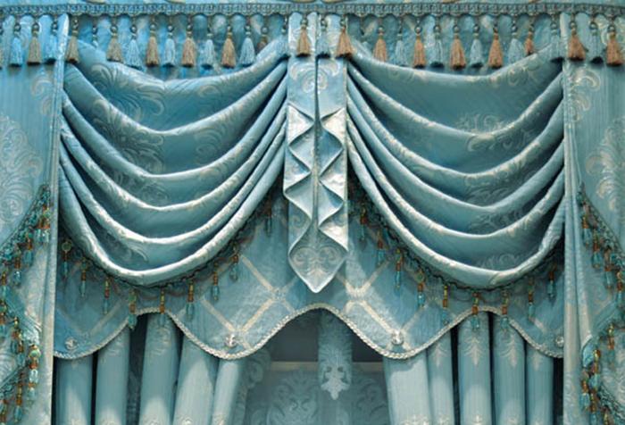 Многослойная композиция из штор и ламбрекена, модная в 2015 году