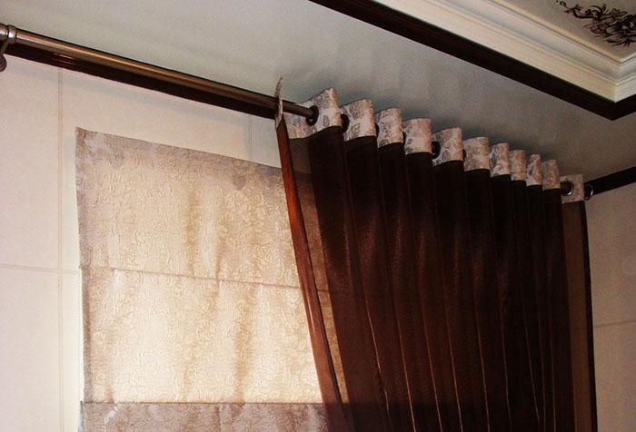 Традиционный карниз-штанга для штор с люверсами