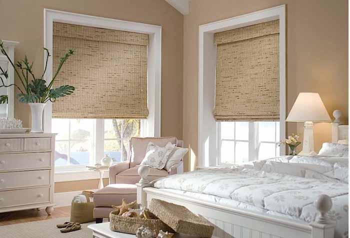 Римские шторы из натурального материала в спальне
