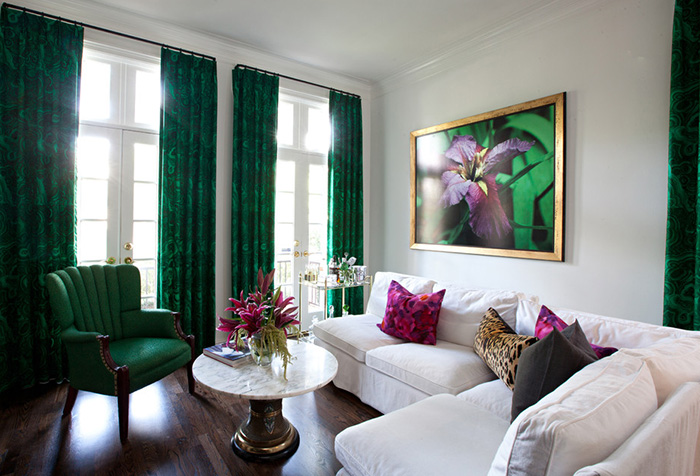 Портьеры малахитового цвета в интерьере зала