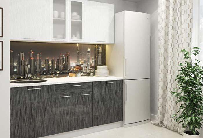 Длинная светлая портьера в стандартном интерьере кухни