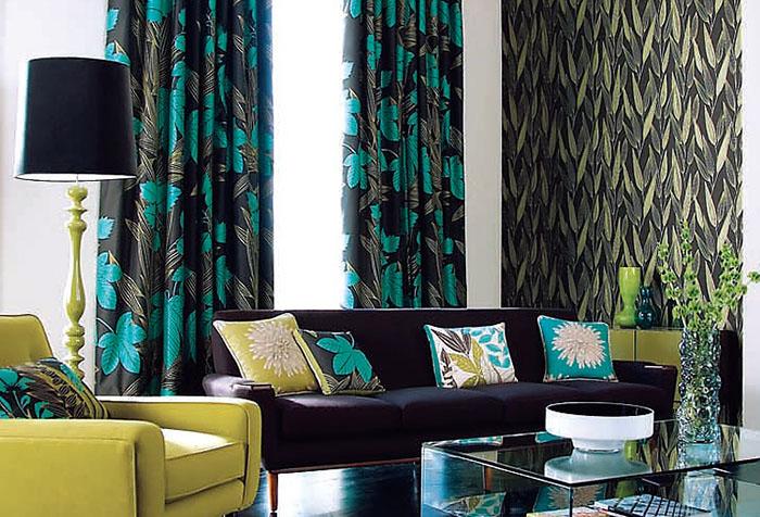Портьеры необычной расцветки в гостиной