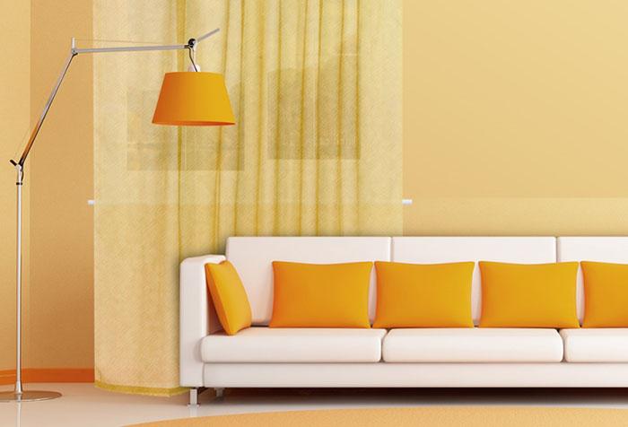 Легкая портьера в гостиной в желто-оранжевых тонах