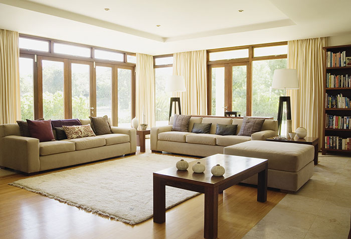 Портьеры цвета экрю в просторной гостиной