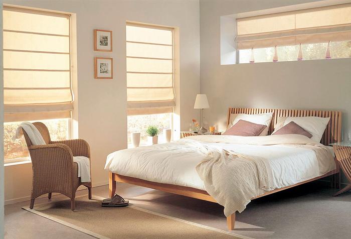 Римские шторы на окнах спальни