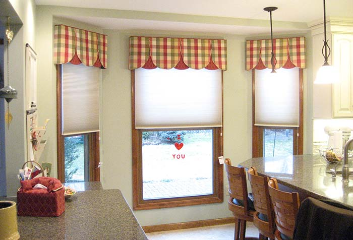 Рулонные шторы с клетчатыми ламбрекенами на кухне