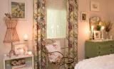 Фрагмент интерьера спальни в стиле шебби шик