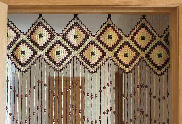 Крепление шторы к деревянной основе посредством вязаного элемента
