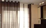 Шторы на люверсах в сочетании с японскими панелями на кухне
