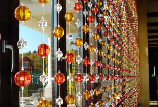 Как использовать в интерьере шторы, сделанные из бусин?