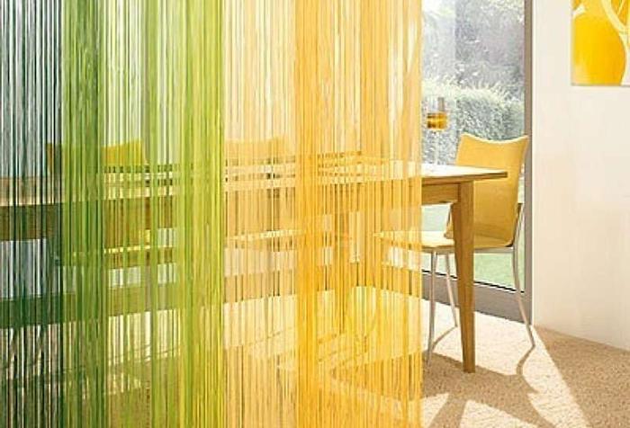 Яркая нитяная штора для зонирования кухни