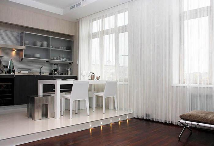 Белая кисея в кухне-столовой