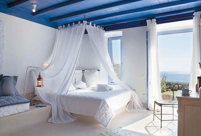 Спальня в морском стиле с легкими занавесками