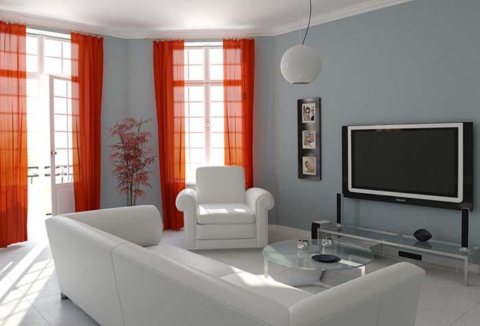 Яркие шторы в гостиной с балконом