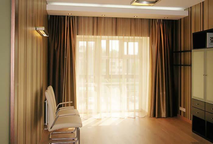 Классический вариант штор для зала с выходом на балкон