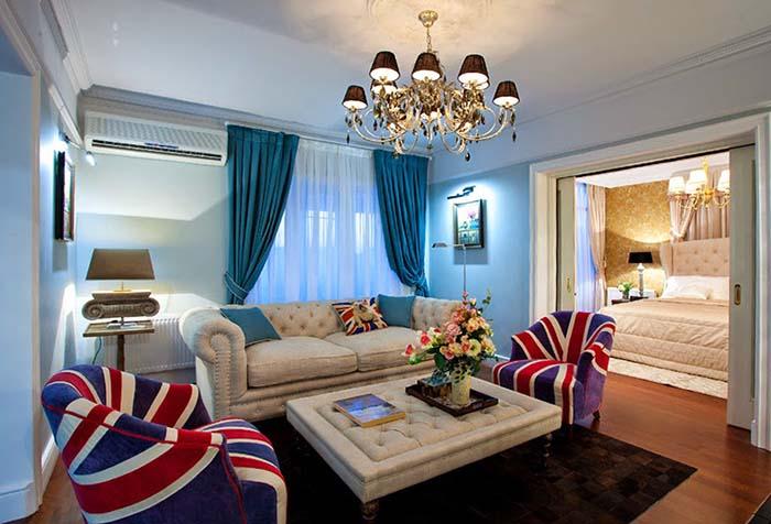 Портьеры в гостиной в стиле китч с выходом на балкон