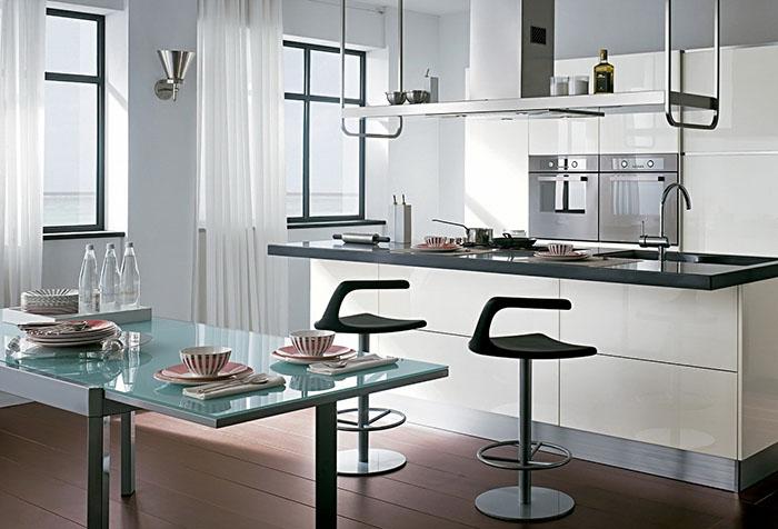 Кухня в стиле хай-тек с длинными легкими занавесками