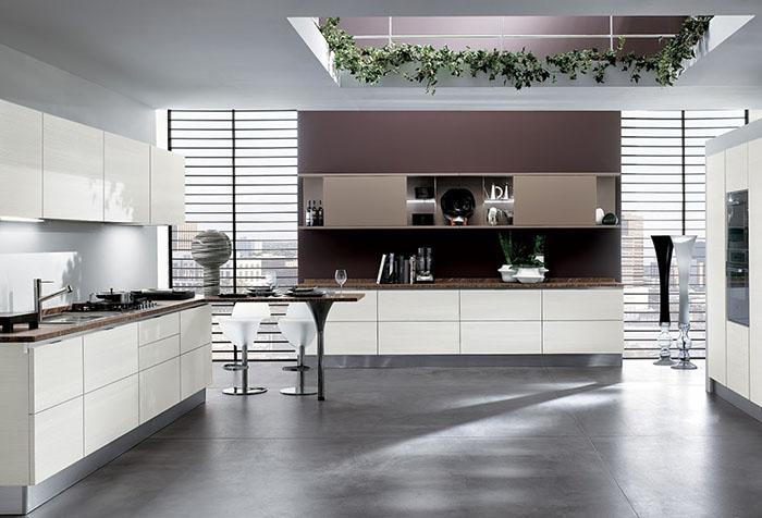 Горизонтальные жалюзи на кухне в стиле хай-тек