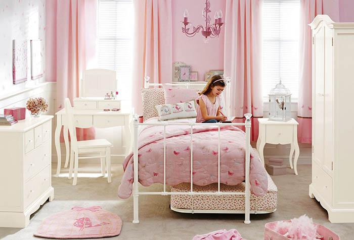 Прямые розовые шторы в детской