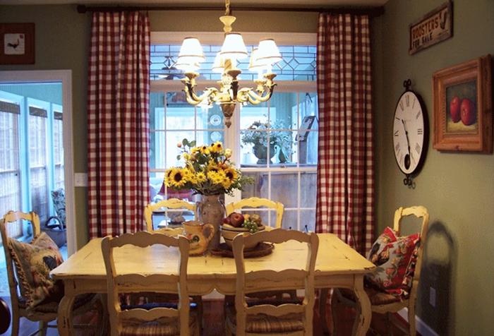 Клетчатые занавески в интерьере кухни в стиле прованс