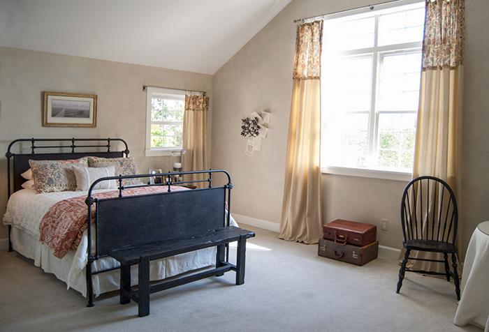 Кованые карнизы и шторы в стиле прованс в интерьере спальни