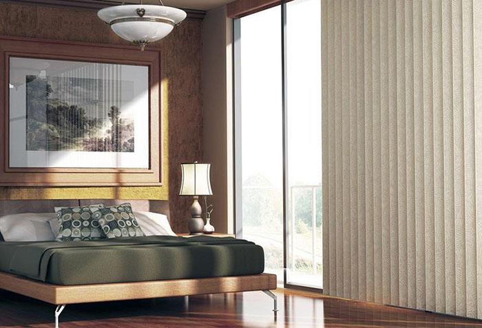 Жалюзи вертикальные тканевые в спальне