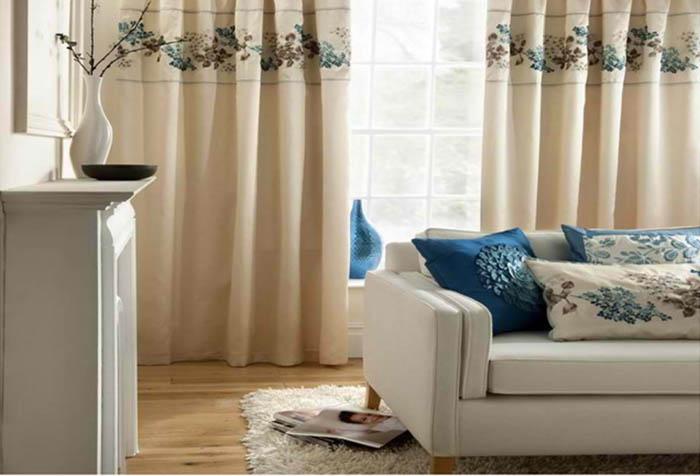Сочетание текстильных элементов в интерьере зала