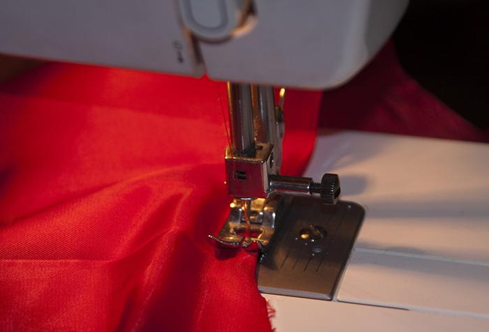Процесс подшивки края японской шторы