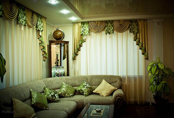 Ламбрекены в зеленых тонах в  гостиной
