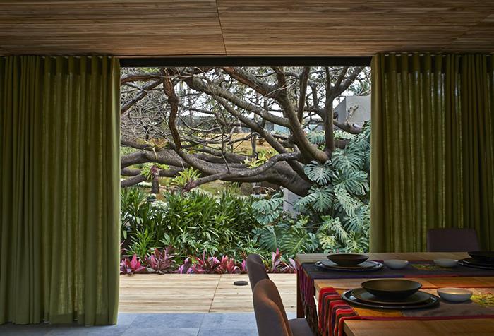 Зеленые портьеры для панорамного окна