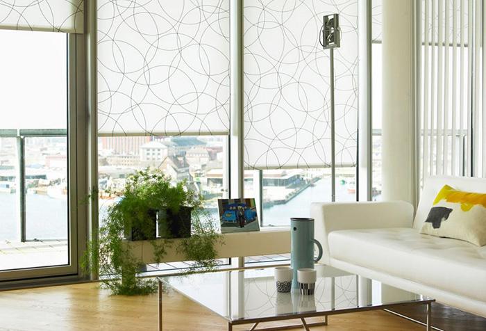 Рулонные шторы и вертикальные жалюзи в интерьере