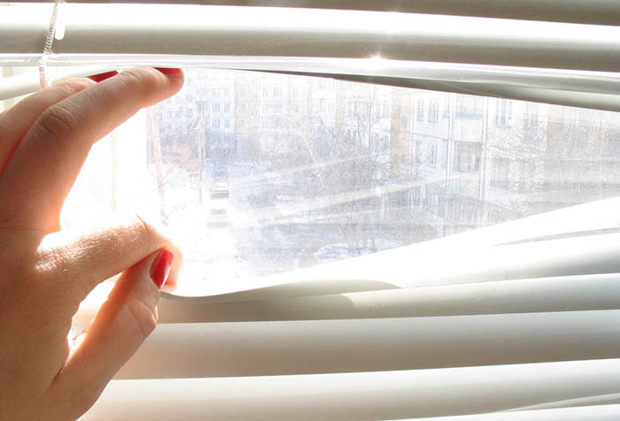 Вид из окна через жалюзи