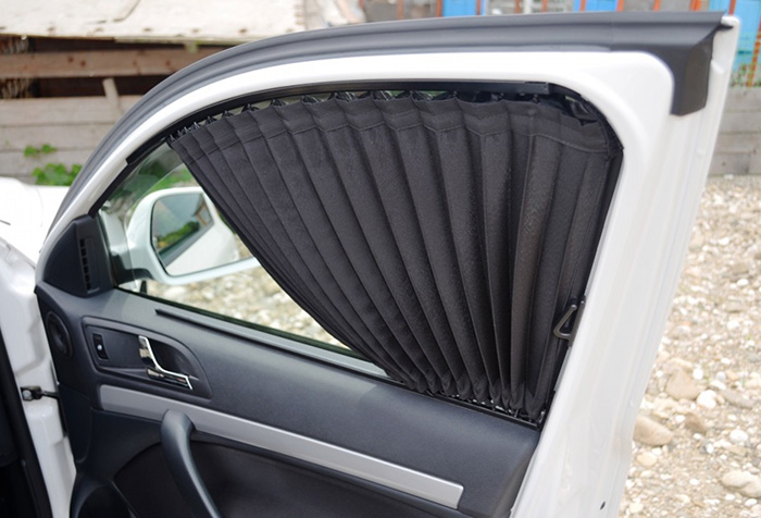 Штора черного цвета на автомобильной двери