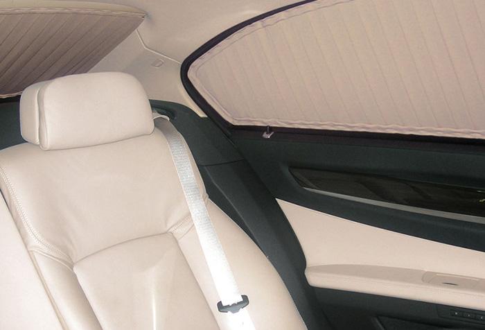 Окна в авто закрыты шторами в цвет салона
