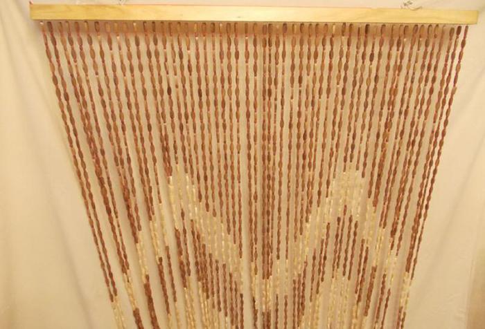 Штора из бамбуковых бусин на деревянной планке
