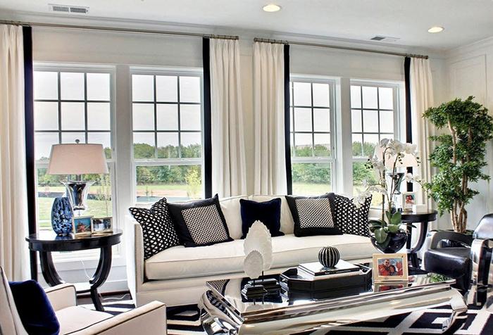 Белые шторы с черным кантом в гостиной