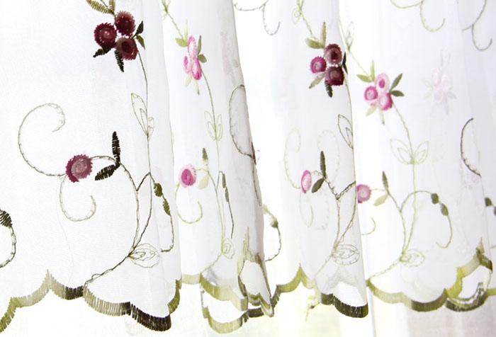 Белая гардина для кухни с яркой вышивкой