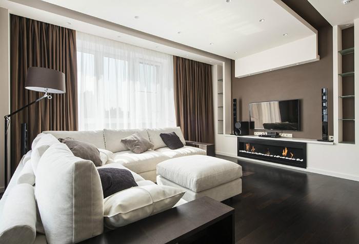 Классические портьеры шоколадного цвета в гостиной
