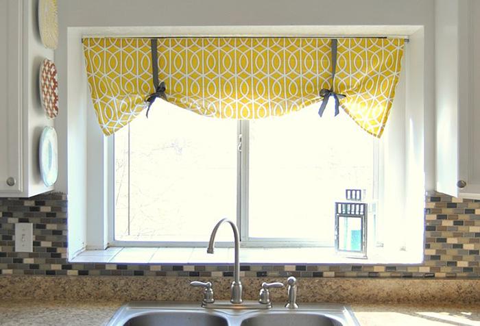 Короткая занавеска на лентах в интерьере кухни