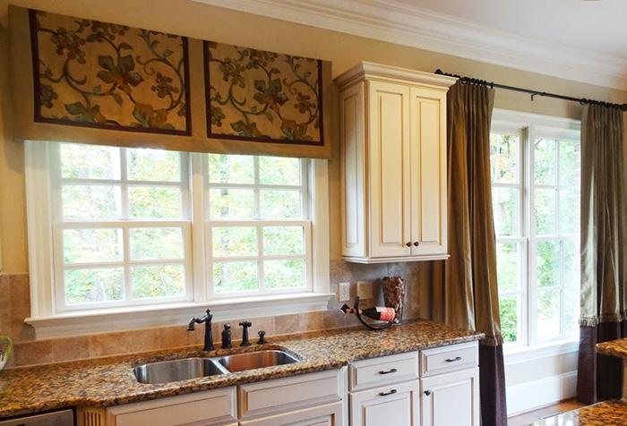 Сочетание коротких и длинных штор в интерьере кухни