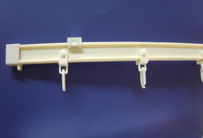 Пластиковые крючки на гибком профильном карнизе