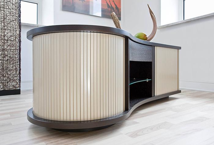 Вертикальные мебельные жалюзи на тумбе нестандартной формы