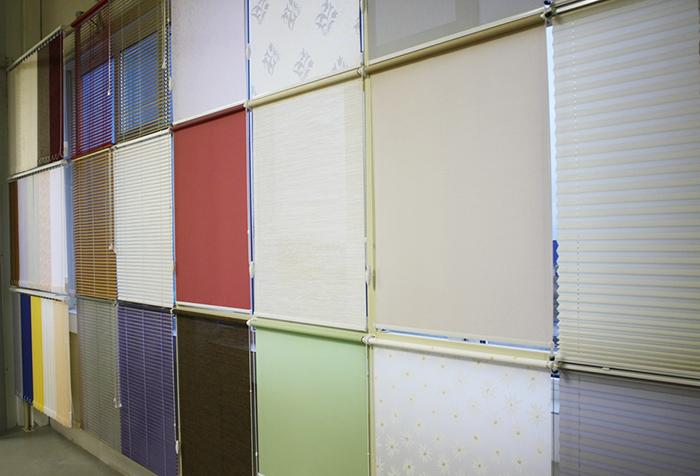 Выбор жалюзи и рулонных штор для окон и мебели