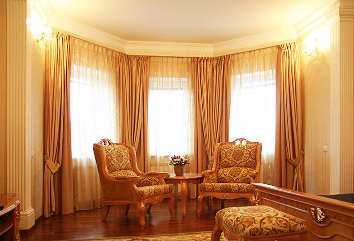 Оранжевый цвет штор в гостиной