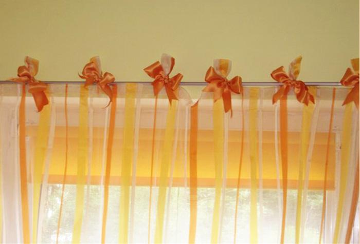 Оранжевые шторы на завязках для кухни