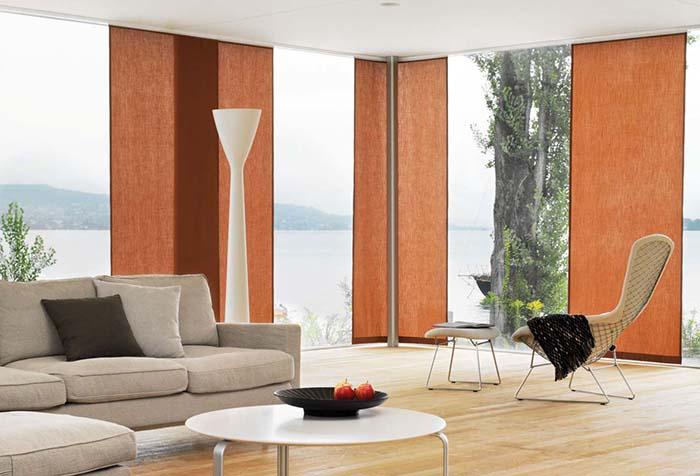 Терракотовые панели японских штор в гостиной