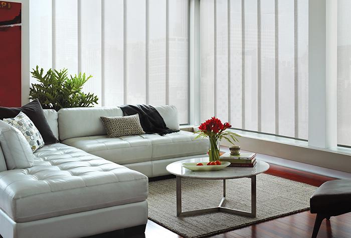 Белые панельные занавески в гостиной